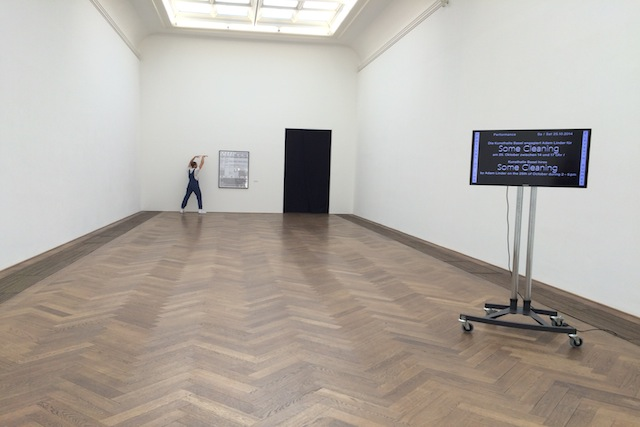 1 Adam Linder, Choreographic Service 2: Some Cleaning (2014). Performance. First performed at the Festival of the eleventh summer, Kunsthalle Basel (2014). Image courtesy of the artist and Silberkuppe, Berlin.